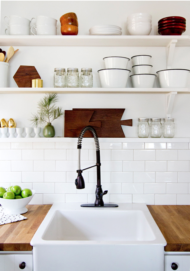 10 kitchens with open shelving house mix for Off the shelf kitchen units