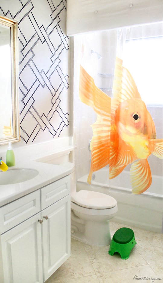 Stenciled kids bathroom – white walls painted with Benjamin