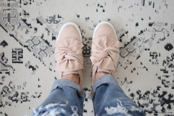 Twist knot sneakers pink