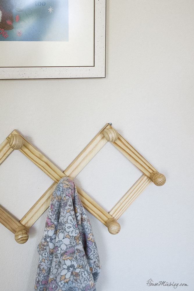 Accordion hooks for kids room