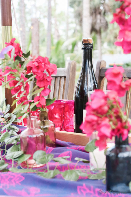 Table setting outside - Outdoor dining in hot pink and purple- Moraccan inspired tablescape