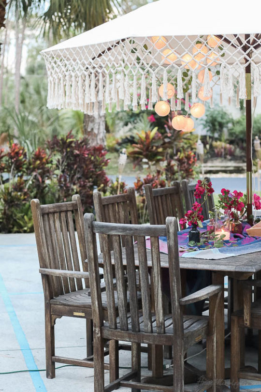 Table setting outside - Outdoor dining in hot pink and purple - large teak dining set
