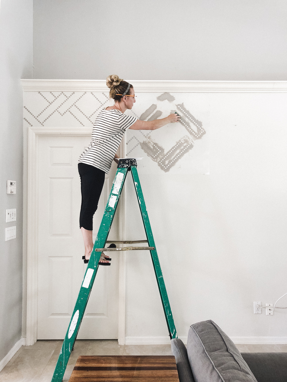 How to stencil a wall - diy tutorial