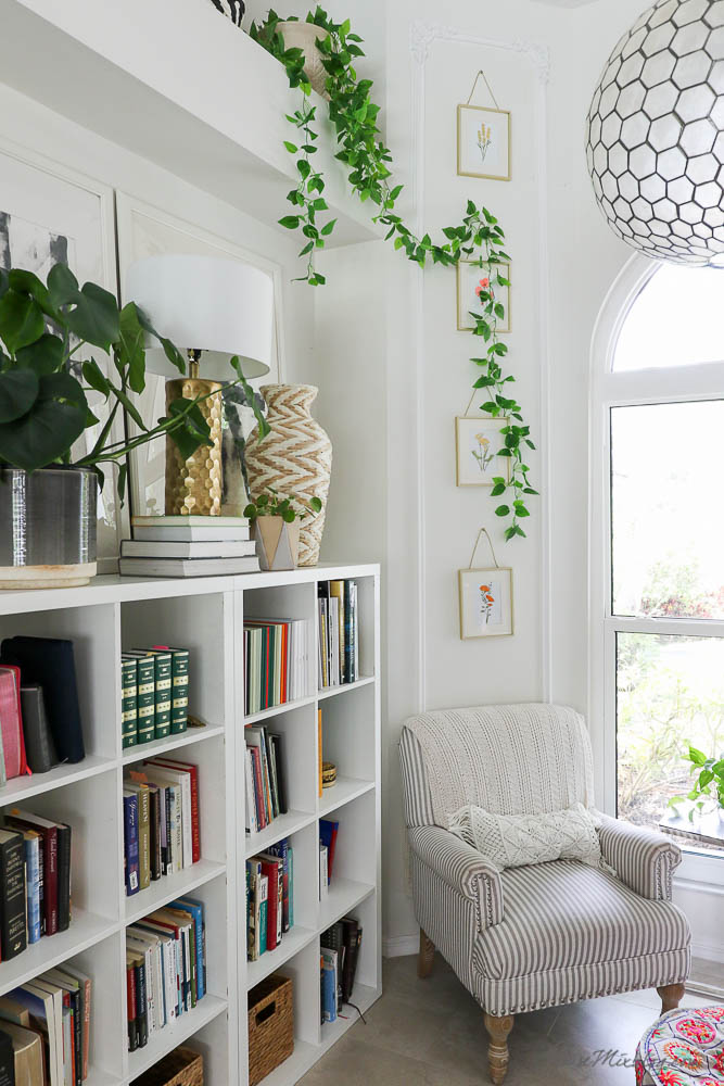 Reading nook shelfie - Tips to style shelves - How to style a ledge shelf